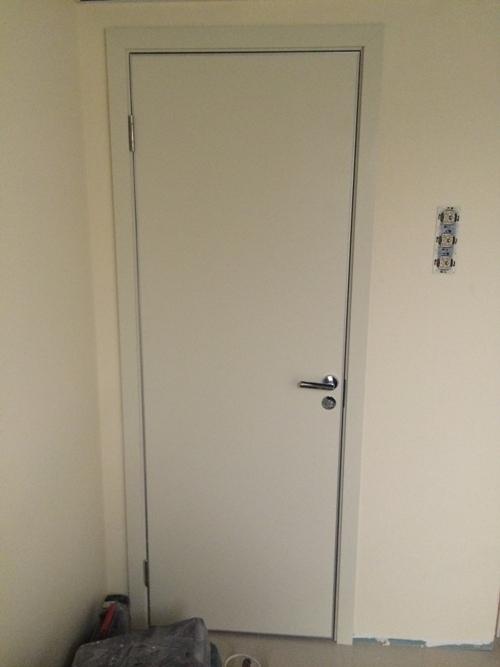 дверь c алюминиевой кромкой